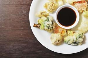 prato variado de tempura com fonte de imersão foto