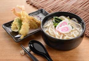 macarrão udon japonês foto