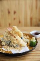 comida japonesa tempura em fundo madeira foto