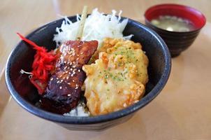 tigela de frango teriyaki e tempura com arroz foto