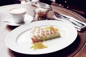 sobremesa de merengue com café, refeição da manhã foto