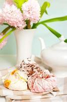 jogo de chá primavera com merengue fofo de frutas multicoloridas foto