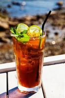 cola cocktail com limão e hortelã foto