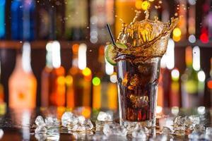 copo de coca-cola na mesa de bar