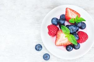 bolo de suflê com framboesas frescas, mirtilos e morangos