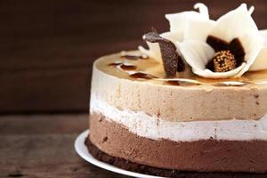 bolo de chocolate na mesa de madeira rústica, foco seletivo