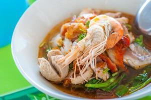 macarrão picante com camarão e carne de porco foto