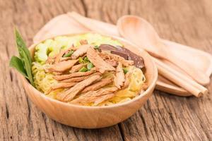 macarrão de trigo com frango foto