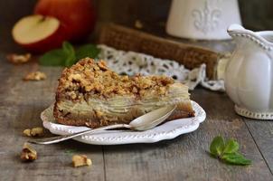 torta de maçã com nozes e açúcar esmalte.