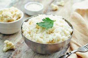 arroz de alho, couve-flor cremosa