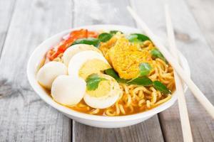 sopa de macarrão instantâneo de curry fresco foto