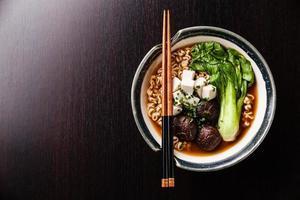 miso ramen macarrão asiático com shiitake, tofu e pak choi foto