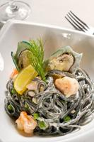 espaguete de frutos do mar preto foto