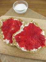 pão de refrigerante com geléia vermelha foto
