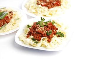 pratos com esparguete à bolonhesa foto