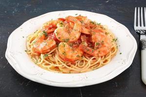 macarrão espaguete com camarão foto