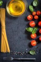 espaguete e tomate cereja foto