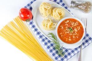 espaguete com molho de tomate foto