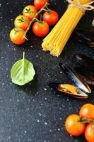 espaguete com legumes e mexilhões foto