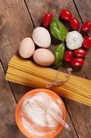 espaguete seco italiano cru amarrado.