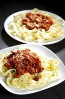 esparguete à bolonhesa com queijo parmesão foto