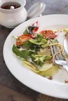 prato branco com comida migalhas foto