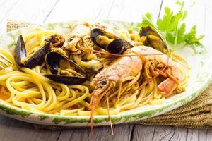 espaguete com camarão e mexilhões foto