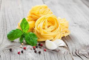 ninho de fettuccine de massas italianas foto