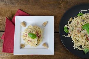 macarrão - espaguete, manjericão, presunto e alho-poró foto