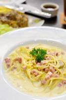 espaguete à carbonara com presunto e cogumelo foto
