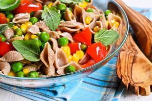 macarrão com legumes foto