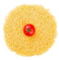 macarrão cru com tomate isolado no branco foto