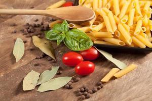 macarrão cru com ingredientes. foto