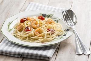 espaguete com camarão e tomate uva foto