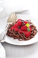 macarrão de chocolate cozido com molho de framboesa