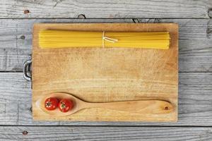macarrão espaguete colher tomate foto