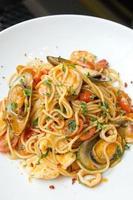 espaguete com camarão e mexilhão foto