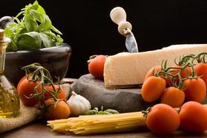 ingredientes para macarrão com molho de tomate foto