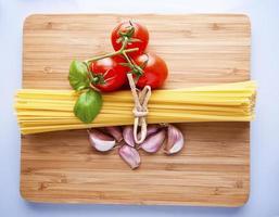 espaguete e tomate com ervas foto