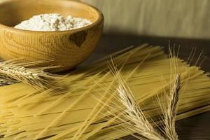 espaguete cru e caule de trigo foto