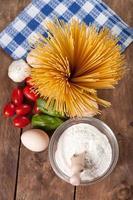 espaguete seco italiano cru amarrado com barbante.
