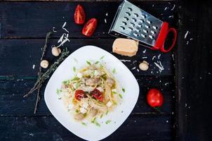 tagliatelle de macarrão com tomate foto