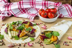 tortilla e legumes grelhados foto
