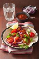 taco vegano com vegetais, feijão e salsa foto