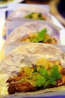 tacos de frango no restaurante mexicano foto