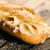 queijo e pão baguete foto