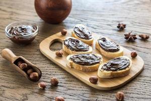 fatias de baguete com creme de chocolate foto
