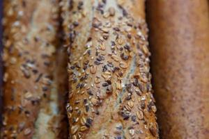 pães e baguetes de cereais franceses foto