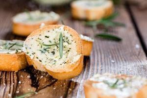baguete com manteiga de ervas e alecrim foto