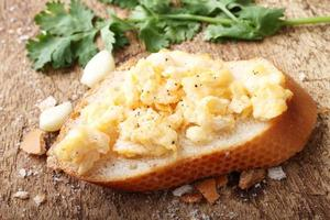 ovos mexidos, com torradas de baguete